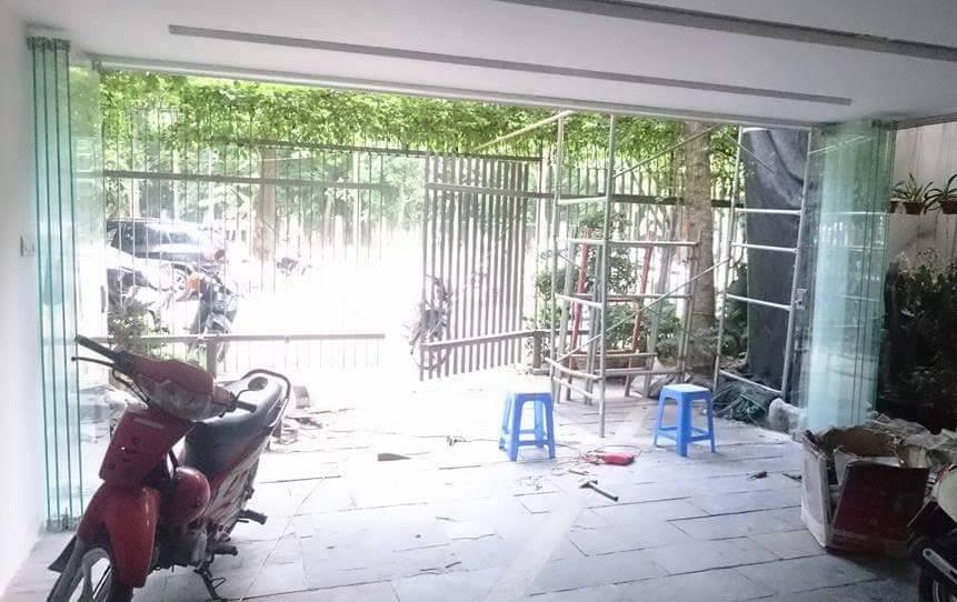 cửa kính xếp trượt mở về 2 bên
